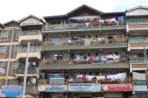 Die Leute hier hängen ihre Wäsche zum Trocknen ganz einfach auf den Balkon.